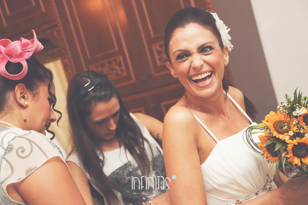 infinitas-sposa-allaccia-vestito-amiche-sorriso-nologo-rid